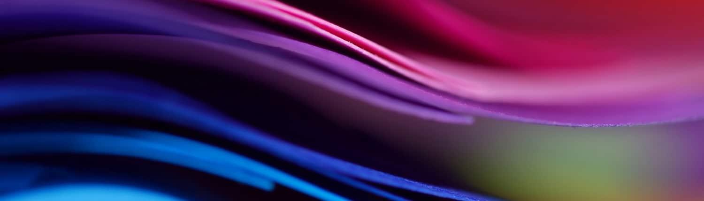 Zoom sur des feuilles de papier très colorées