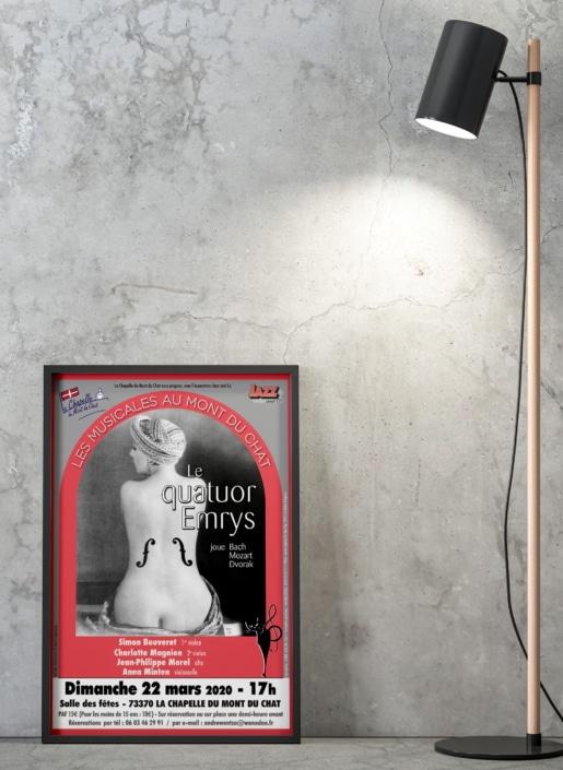 Affiche de concert encadrée posée contre un mur gris